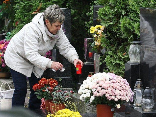 Dušičky se blíží, hřbitov v Litoměřicích je plný nyní lidí, kteří zdobí hroby