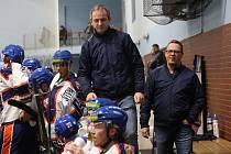 Daniel Tvrzník (uprostřed), David Bruk (vpravo) a hokejisté Litoměřic