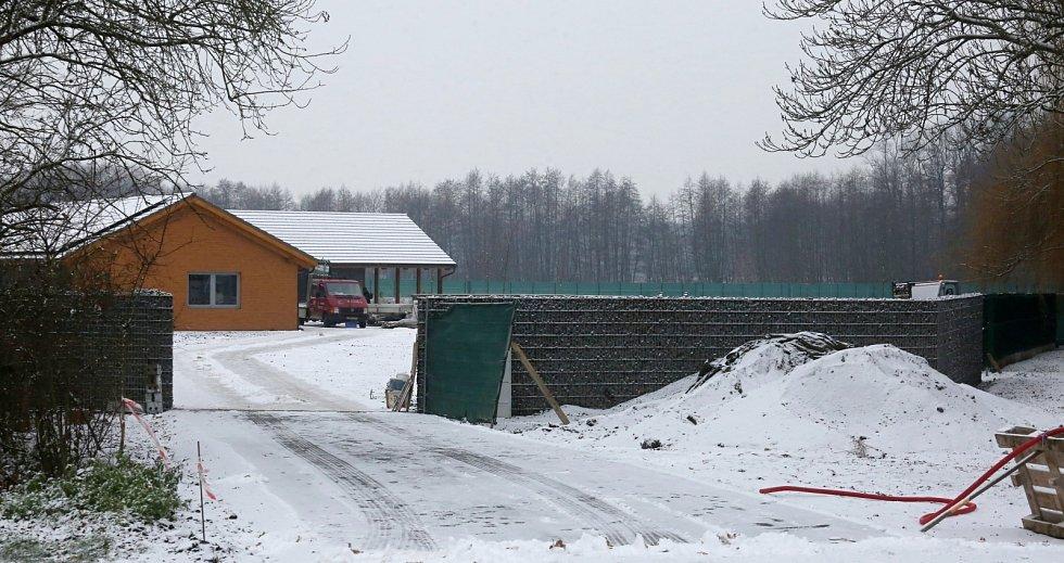 Podnikatel Miloslav Šára dokončuje dům stavěný bez stavebního povolení. Na začátku prosince je dům téměř hotový a řemeslníci pracují v interiéru