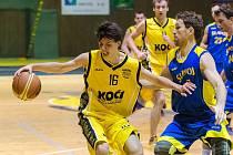 ZABRALI. Po třech porážkách v řadě se basketbalisté Slavoje (v tmavém) probrali a vyhráli v Písku.
