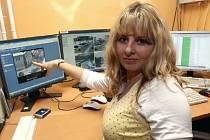Situace před prodejnou U Michaely je prostřednictvím kamery pod dohledem městských strážníků. U střediska kamerového systému je operátorka Vladimíra Žižková.