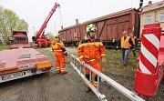 Drážní hasiči pomáhali přemístit vagon z Bohušovic nad Ohří do Terezína.