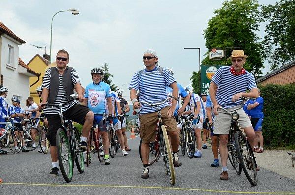 NA STARTU. Časovka Giro de Zavadilka je určena všem. Okruh si zkouší příznivci historických bicyklů.