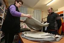 DO CHARITNÍHO ŠATNÍKU v Jungmannově ulici v Roudnici nad Labem denně míří lidé, kterým ještě dobře poslouží kousky oblečení, o které druzí už nestojí. Provoz zajišťuje Jana Korpalová.