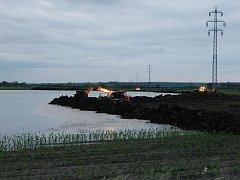 Terezín, středa 5.6. večer. Zemědělci staví hráz, která má zabránit vodě proniknutí do Nových Kopist.