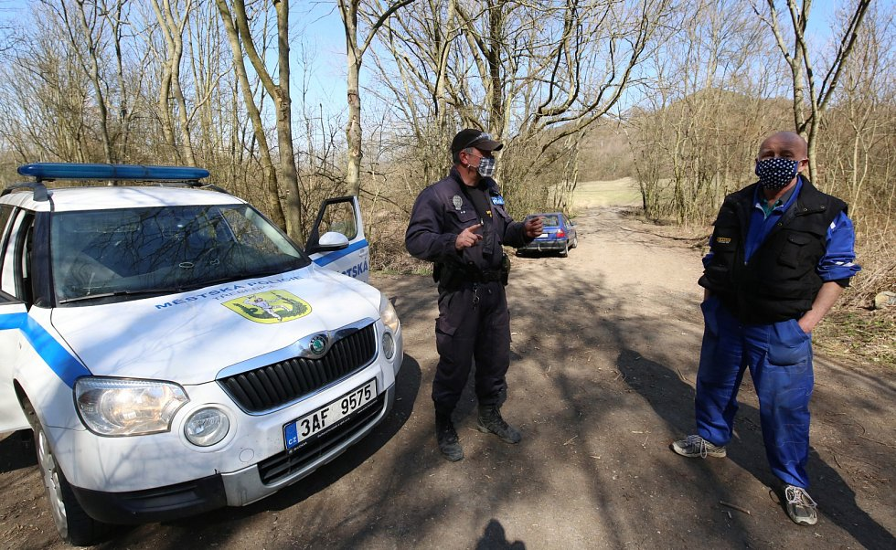Pěkné počasí vylákalo spoustu lidí na procházku v Českém středohoří