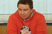 Martin Helcl na tiskové konferenci k dopadení vykradačů hrobů.