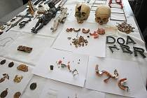 Tisková konference k dopadení vykradačů hrobů.