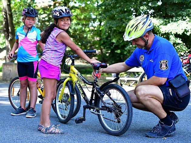 Vzorní cyklisté opět dostávali odměny za správnou výbavu.