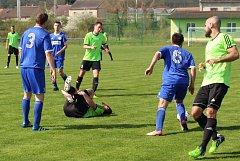 Fotbalisté SK Hrobce (v modrém) podlehli Slovanu Velvary 0:2.