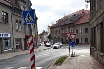 Nově vyznačený kruhový objezd na křižovatce ulic Jungmannova a Třída TGM