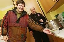 PATNÁCT OSOB, které můžou využít službu nízkoprahového denního centra v azylovém domě v ulici Marie Pomocné, který provozuje Farní charita Litoměřice, si může každý den ve 13 hodin dopřát teplou polévku. V zimě přijde vhod.