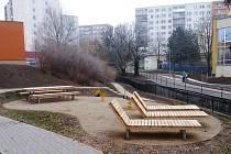 JAKO místo setkávání a pro chvíle odpočinku bude obyvatelům pokratického sídliště sloužit také netradiční mobiliář dřevěná lehátka, lavičky a stolky.