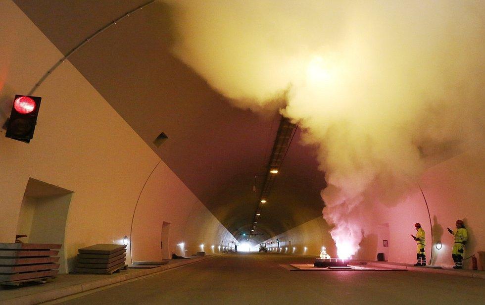 CVIČENÍ a zkouška všech systémů proběhla ve čtvrtek v dokončených tunelech u Prackovic a Dobkoviček. Hustý dým v tubusech měl simulovat požár autobusu.