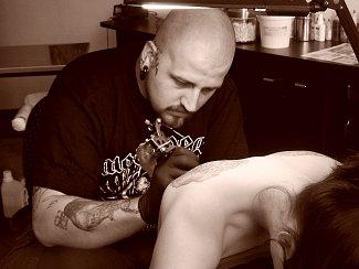 Zdeněk Kubánek se z tetovacích studií v Litoměřicích a ve Štětí dostal až do Belgie a Německa.