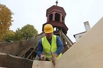 Opravy třebenické sto let staré zvonice finišují