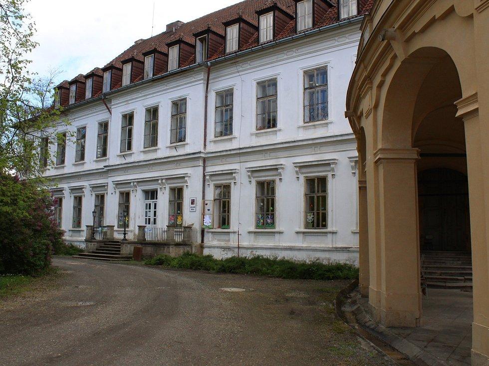 Základní škola sídlí v jedné z budov v areálu zámeckého parku.