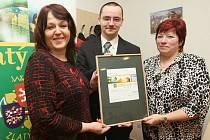 ZA ÚŠTĚK ocenění převzali tajemnice radnice Vladislava Šarkadyová, webmaster Aleš Pospíchal a místostarostka Marie Trnková.