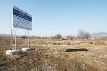 KŘIŽOVATKA. Součástí stavby nové dálnice D8 je i křižovatka v Řehlovicích. Prozatím tu, kromě informační cedule a zapleveleného pozemku, nic nenajdete. Ministerstvo teď znovu připravuje stavební a uzemní řízení.