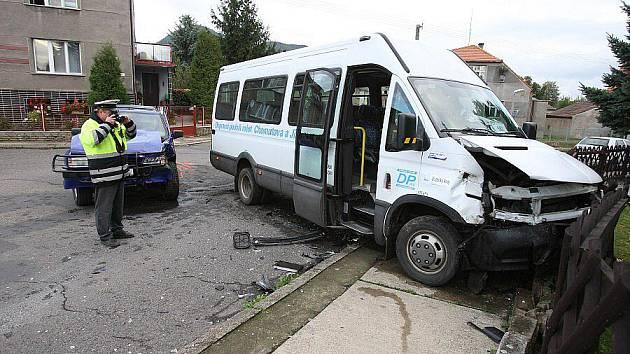 Při nehodě autobusu v Lovosicích se zranili tři lidé.