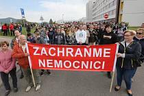Demonstrace a podpisová petice proti prodeji nemocnice ze začátku května 2019