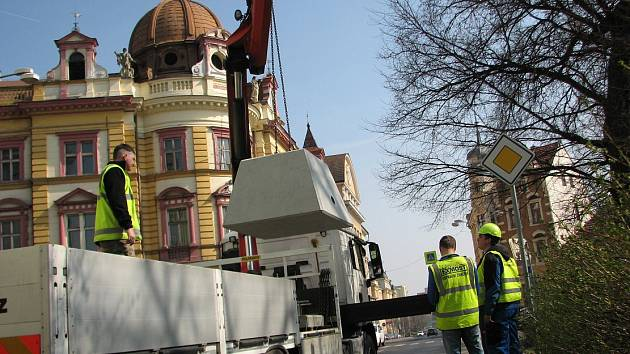 SEMAFORY. Ve středu pracovníci specializované firmy umisťovali  betonové patky. Semafory by se v ulici Na Valech měly objevit dnes nebo zítra.