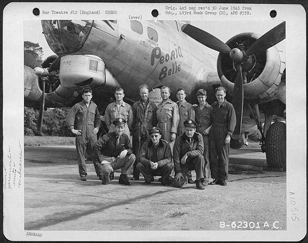 AMERIČANÉ. Jedna z osádek bombardérů, které útočily 17. dubna 1945 na skladiště pohonných hmot v Hněvicích.