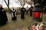Litoměřický biskup Jan Baxant sloužil u hlavního kříže litoměřického hřbitova mši za zemřelé