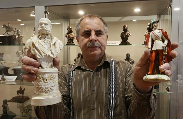 ZHRUBA SEDMDESÁT LET představuje rozdíl mezi soškami, které drží sběratel František Václav na snímku. Porcelánová socha (vpravo) vyobrazuje císaře ihned po nástupu na trůn, druhá, zkusmý tisk před vlastní výrobou velké busty, pochází asi z roku 1910.