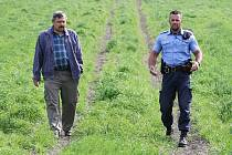 Jednatel ZD Skalka Miroslav Vavruška společně s městským strážníkem z Třebenic Tomášem Rotbauerem zjišťují škody napáchané jízdami na čtyřkolkách.