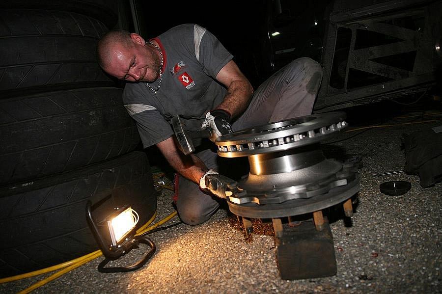 Přes noc měli dělníci MKR dost práce - mechanik Radek Urlich.