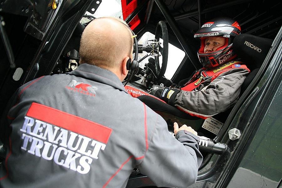 Šéf stáje Mario Kress dává poslední instrukce před startem Markusi Bösigerovi.