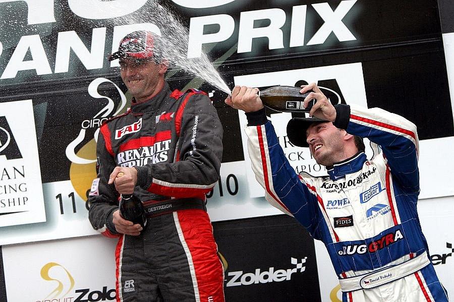 Po třetím závodě dal David Vršecký sprchu vítěznému Bösigerovi.