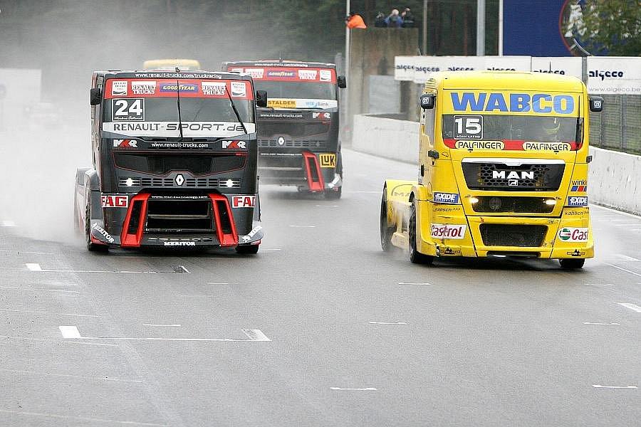 Černo-červený truck stáje MKR předjíždí žlutého Adama Lacka.