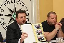 Policisté ukazují, co vše gang ukradl.