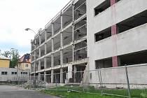 Pozemek s torzem vojenské ubytovny v bývalých kasárnách Jiřího z Poděbrad nabízí litoměřická radnice formou veřejné nabídky.