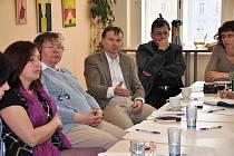 Místostarosta Karel Krejza (uprostřed) diskutoval s účastníky dnešní debaty týkající se nalezení způsobů, jak podpořit pohybové aktivity.