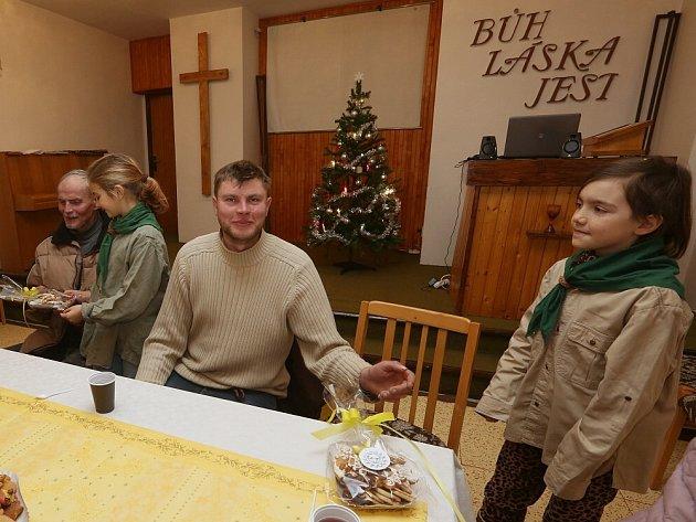 Pracovníci litoměřické Naděje našli pro sešlost v červeném kostele u Jiráskových sadů vydatné pomocníky. Vánoční pečivo a slavnostní oběd, bramborový salát s řízkem, roznesly hostům děti z turistického oddílu mládeže Sluníčko.