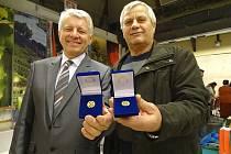 Zlatý kříž za 80 odběrů byl předán například Františku Pickovi z Lovosic (vlevo) a Otu Volákovi z Chotěšova.