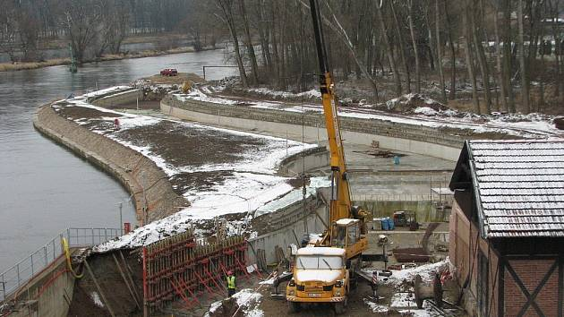 Větší část koryta nové slalomové dráhy v sousedství malé vodní elektrárny je hotová. Do zkušebního provozu současně s elektrárnou byl loni na podzim uveden i rybí přechod.