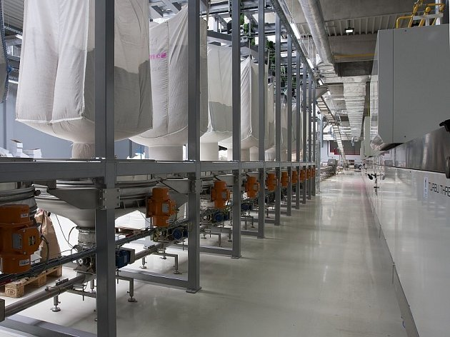 Závod Emco v Hrdlech září novotou. Uvnitř panují přísné hygienické normy, spolu s moderními kontrolními technologiemi na lince zaručují vysokou kvalitu a bezpečnost cereálních výrobků.