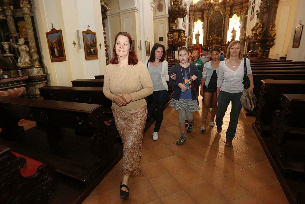 Zvídavé školáky prohlídka kostela zaujala