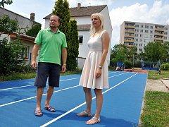 Vedoucí odboru Andrea Křížová s místostarostou Václavem Červínem si prohlížejí nový povrch běžecké dráhy v Základní škole Ladova, v níž je místostarosta zároveň i ředitelem.