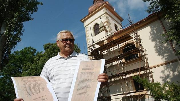 POKLADY. Při rekonstrukci kostela stavitelé ve věži našli pamětní listy ukryté při její poslední opravě v roce 1922 (na snímku v rukou starosty Josefa Krejzy). Také Siřejovičtí nyní do báně schovali tubus s písemnostmi a mincemi.