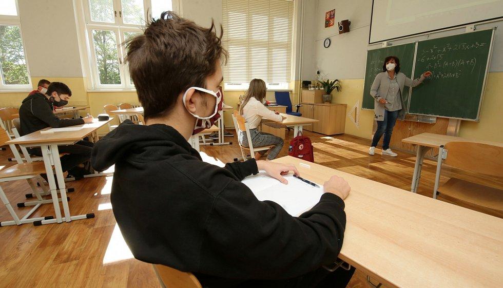 Žáci devátých tříd základních škol po téměř dvou měsících nastoupili do tříd. Nosit roušky, pokud mají rozestupy, nemusí, ale i tak některé třídy roušky mají.