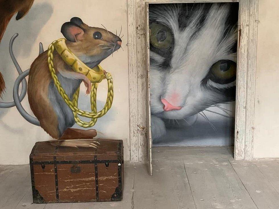 První z několika místností budoucího muzea mural Artu v encovanském zámku se v uplynulých týdnech ujal přední streetartový umělec s přezdívkou ChemiS. Vytvořil tam iluzi hrajících si myší, které dveřmi pozoruje kočka.