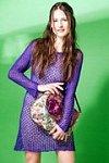 Tmavě modré tunikové šaty a kabelka s fialovým květem