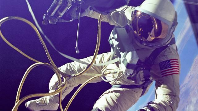 V červenci 1965 se Edward H. White jako první Američan dostal do volného kosmu. Strávil zde 23 minut.