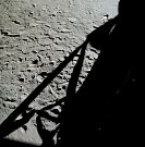 Neil Armstrong se po Měsíci pohyboval 2 hodiny a 13 minut, Buzz Aldrin 1 hodinu a 50 minut.