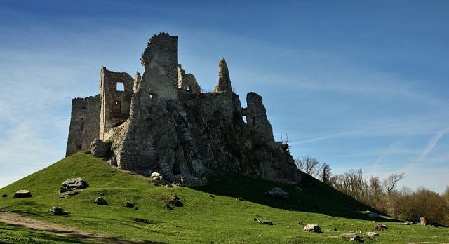 Zřícenina hradu Hrušov vpohoří Tribeč